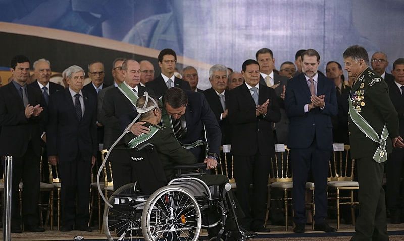 Jair Bolsonaro abraça general Villas Bôas durante agenda cerimonial do governo