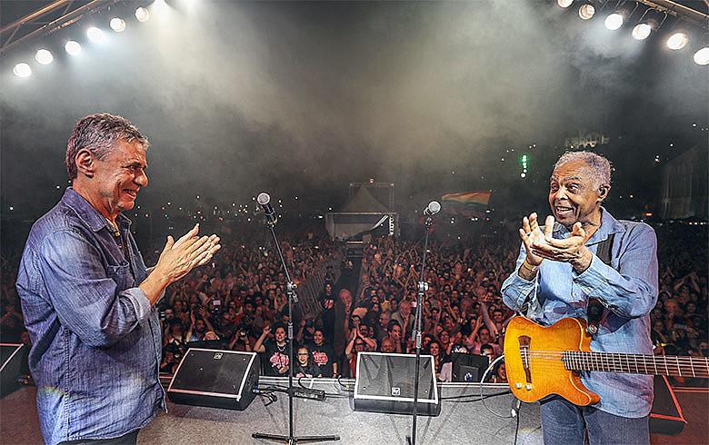 Chico aplaude Gil que aplaude Chico após apresentação do Festival Lula Livre em nos Arcos da Lapa, ano passado