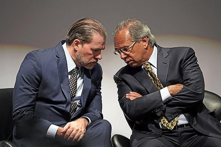 Toffoli (esq.) conversa com o ministro da Economia, Paulo Guedes (à dir.), principal defensor da reforma da Previdência no governo Bolsonaro