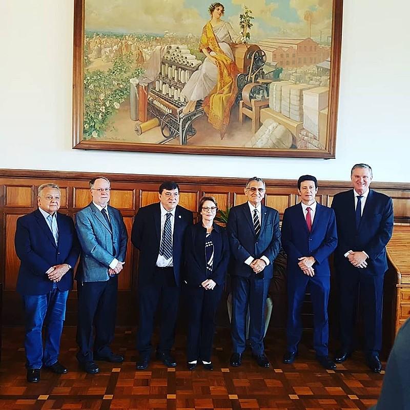 A ministra com o prefeito de Piracicaba, o reitor da USP e a direção da ESALQ