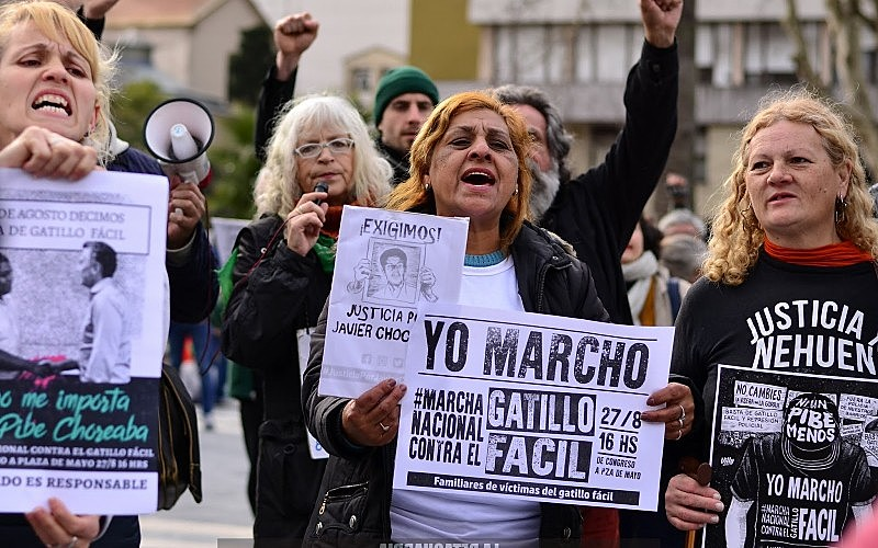 """Manifestantes em uma marcha contra o """"gatilho fácil""""; na Argentina, a cada 23 horas, uma pessoa é assassinada pela polícia"""