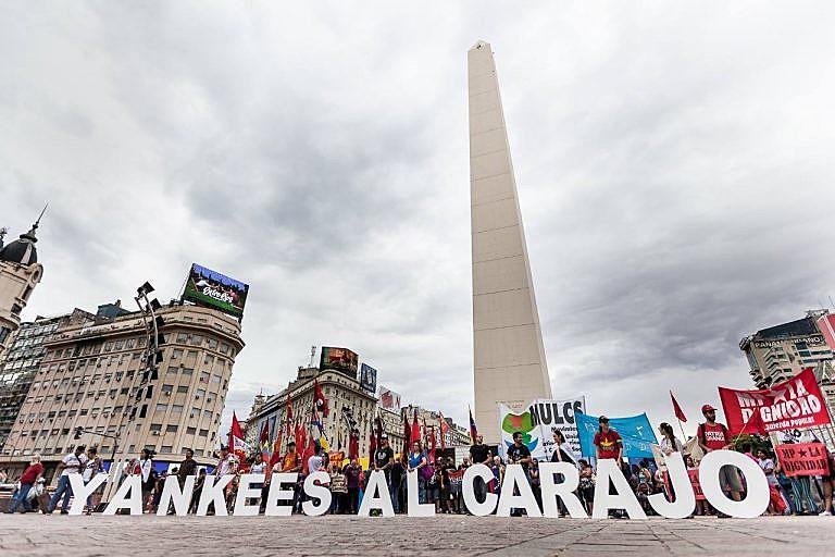 """Na Argentina, as manifestações ocorreram na capital, Buenos Aires, sob o slogan """"Yankees al Carajo"""""""