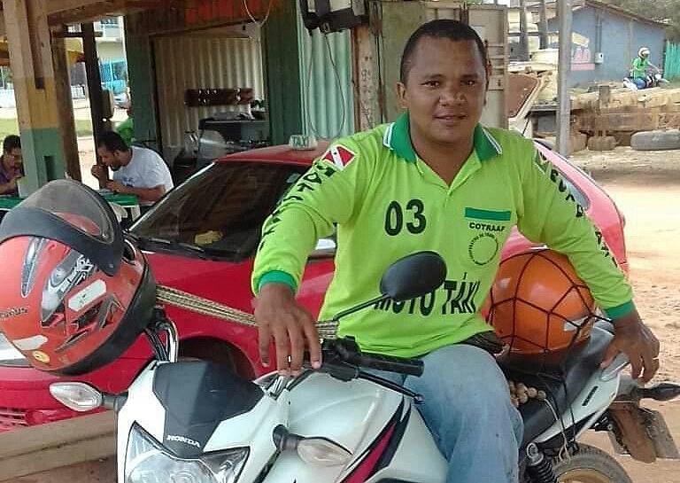 Ao que tudo indica, o mototaxista foi morto a golpes de faca no pescoço durante uma emboscada