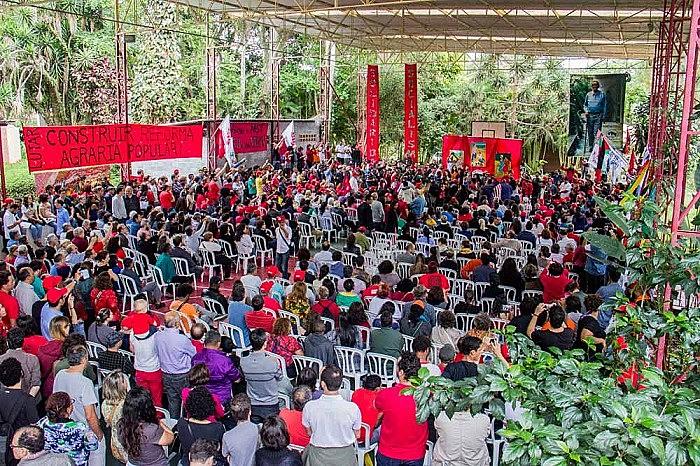 A atividade conta com a participação do ex-presidente Lula, parlamentares, representantes de movimentos populares, sindicatos e militantes