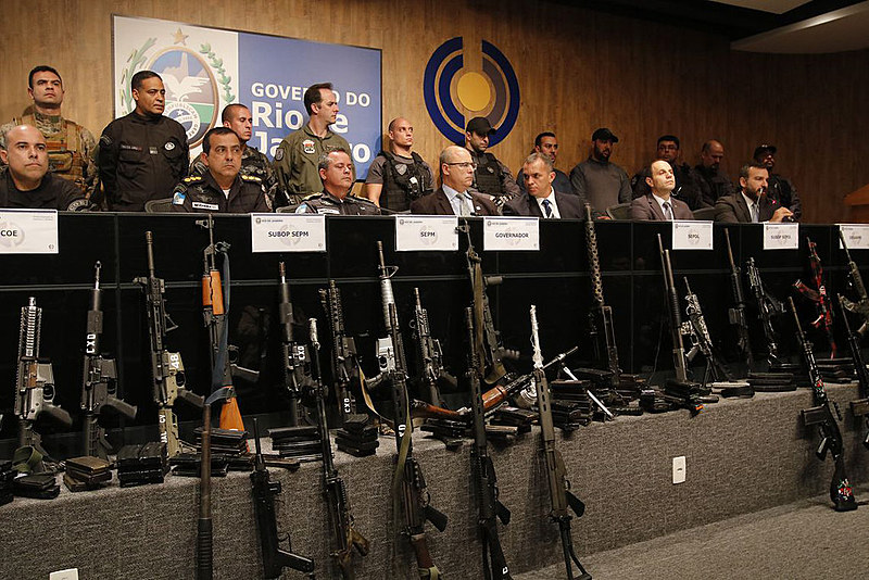 Compete ao governador autorizar determinados armamentos e alguns de seus modos de uso.