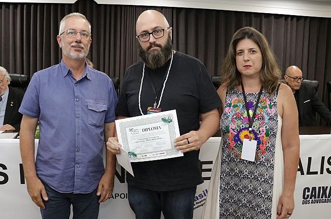 Menção Honrosa foi recebida por Marcos Corbari e Kátia Marko em nome de toda equipe do Brasil de Fato/RS