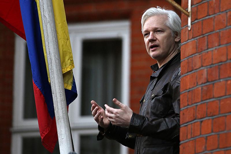 Assange na sacada da embaixada do Equador em Londres, de onde foi retirado ontem