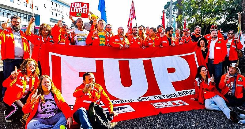 """""""Bom dia, presidente Lula!"""" com a participação da Federação dos Petroleiros e da caravana de Santa Catarina na praça Olga Benário."""