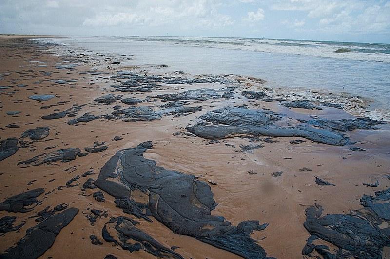 Manchas de óleo na praia de Pirambu, em Sergipe, o estado mais afetado pelo derramamento