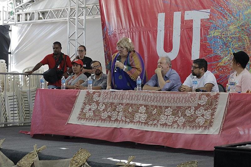 A ativista Aleida Guevara (ao centro) em mesa de abertura do Festival da Utopia, em Maricá (RJ)