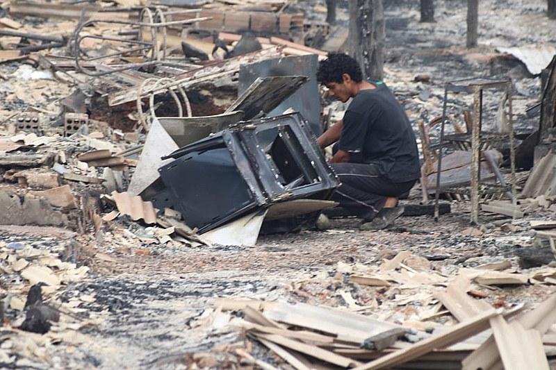 Moradores reviram escombros após incêndio em comunidade no Paraná