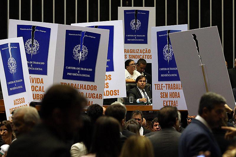 Deputados de partidos de oposição ao governo tentam adiar a votação em plenário da reforma trabalhista