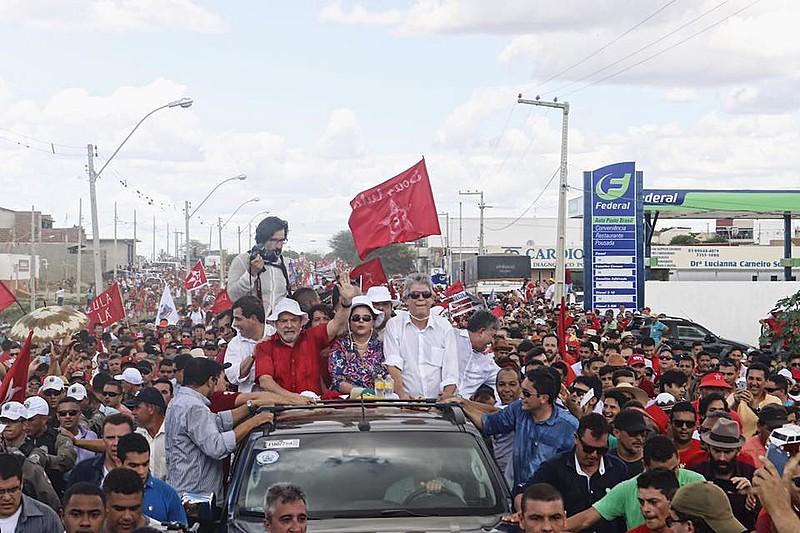 Multidão acompanha carreata do ex-presidentes pela cidade de Monteiro, na Paraíba