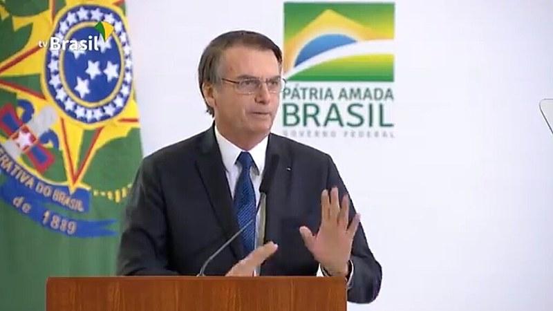 Presidente Jair Bolsonaro tenta ler um teleprompter durante pronunciamento