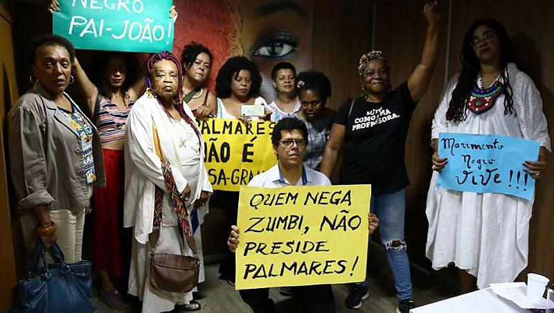 """Manifestantes protestam contra nomeação de Sérgio Carmargo, que se define como """"negro de direita"""" e contrário ao que chama de """"vitimismo"""""""