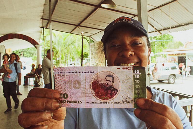 Liliana García, militante do coletivo Alexis Vive há 12 anos, exibe um bilhete de 10 Panais