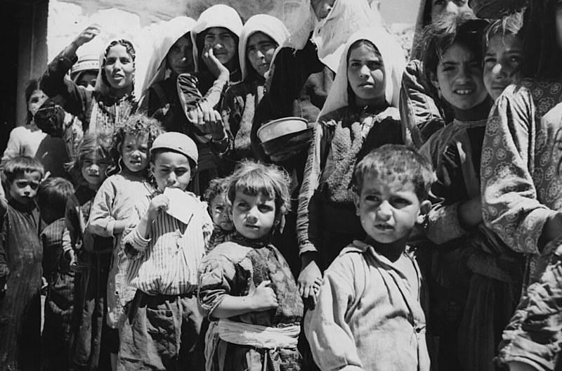Refugiados palestinos fazem fila para comida em acampamento em Amã, Jordânia, em 1955