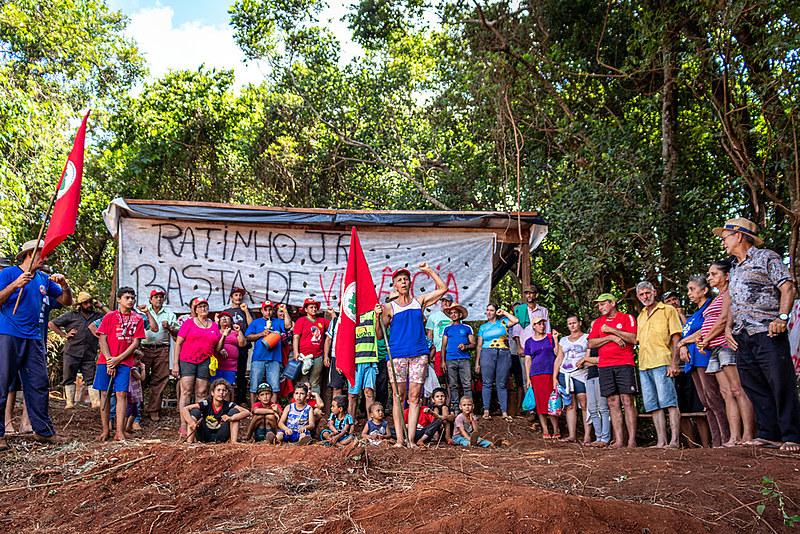 Famílias sem terra se unem contra ameaças feitas pelo governo paranaense
