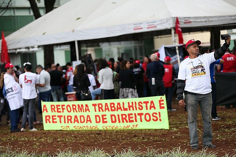 Centrais sindicais realizam manifestação contra a reforma trabalhista, na Esplanada dos Ministérios