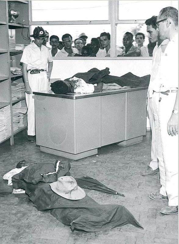 Massacre de Ipatinga: do lado de fora, ainda perplexos, trabalhadores observam corpos de duas das vítimas