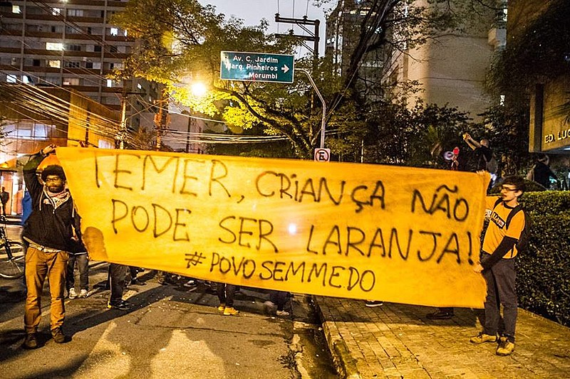 """Além de palavras de ordem contra Temer, manifestantes colaram cartazes de """"Fora Temer"""" e laranjas foram arremessadas na fachada do prédio."""