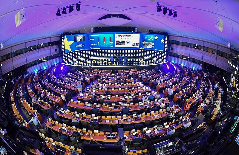 Eleitores foram às urnas para escolher os 751 deputados que irão compor o Parlamento Europeu