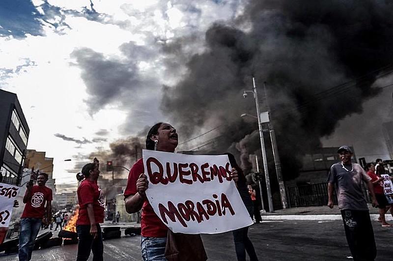 Manifestantes atearam fogo a pneus e bloquearam a Avenida do Estado em ambos os sentidos