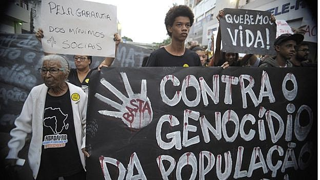 Manifestantes contra o genocídio da população negra e violência policial