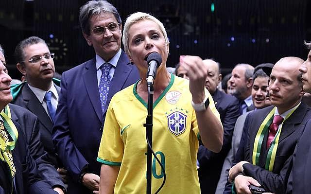 Cristiane Brasil (PTB-RJ) votou a favor do golpe de 2016 usando camisa da Seleção Brasileira