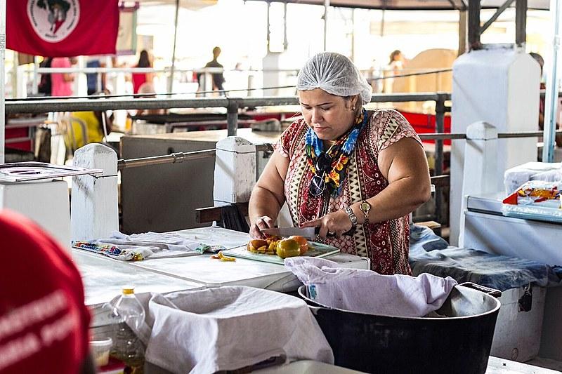 Solange dos Santos, do Assentamento Egídio Brunetto, prepara a ventrecha de pacu