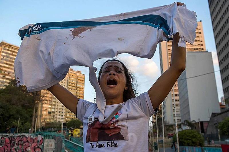 Bruna da Silva, mãe de Marcus Vinicius, estudante de 14 anos morto com um tiro na barriga após operação policial e do exército no RJ