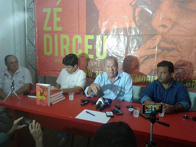 Coletiva aconteceu na sede do PT, em João Pessoa. O livro traz memórias de militância de Dirceu.