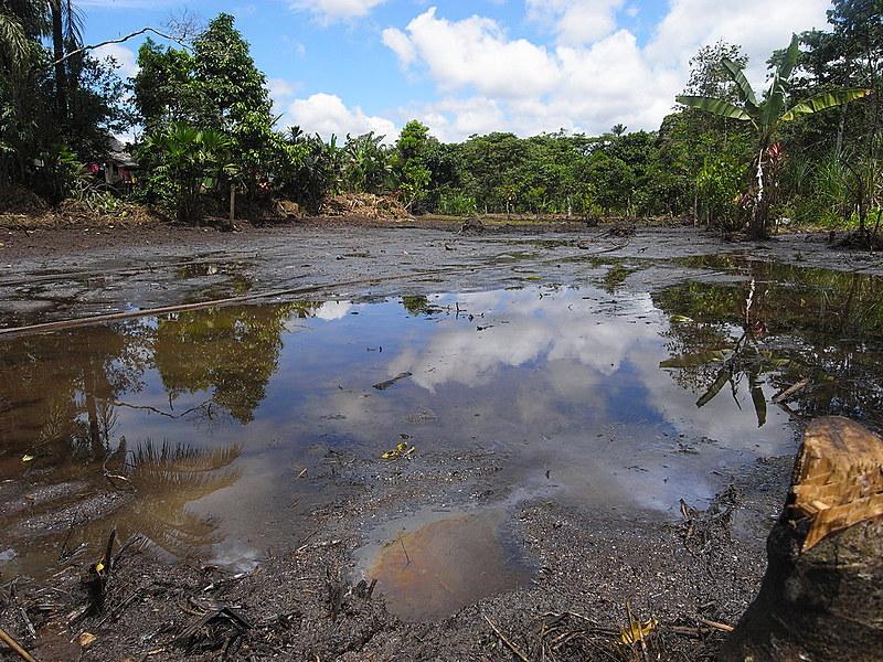 Poluição causada pela exploração petrolífera no Lago Agrio, no Equador. Caso foi levado à corte de arbitragem na Holanda