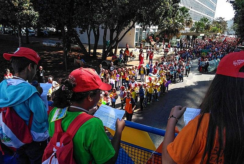 Crianças fazem leitura de manifesto em frente ao prédio do Ministério