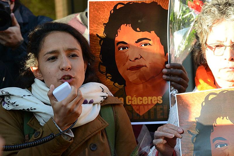 Berta Zúñiga Cáceres, filha de Berta Cáceres, durante manifestação por justiça para Berta Cáceres em frente a OEA, em Washington (EUA)