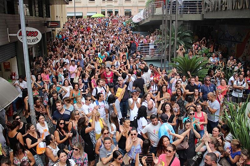 Violência das medidas tomadas pela administração do prefeito Gean Loureiro, do PMDB, despertou na sociedade o sentimento de solidariedade