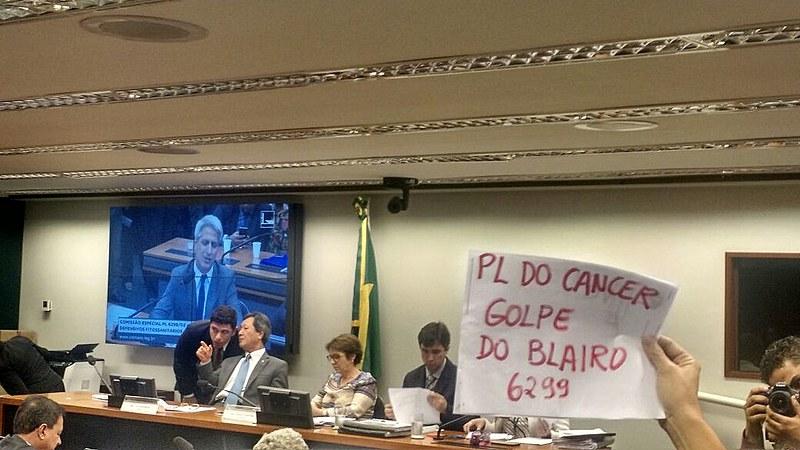 Reunião teve presença de críticos e apoiadores do PL; na foto, referência ao caráter cancerígeno de muitos agrotóxicos