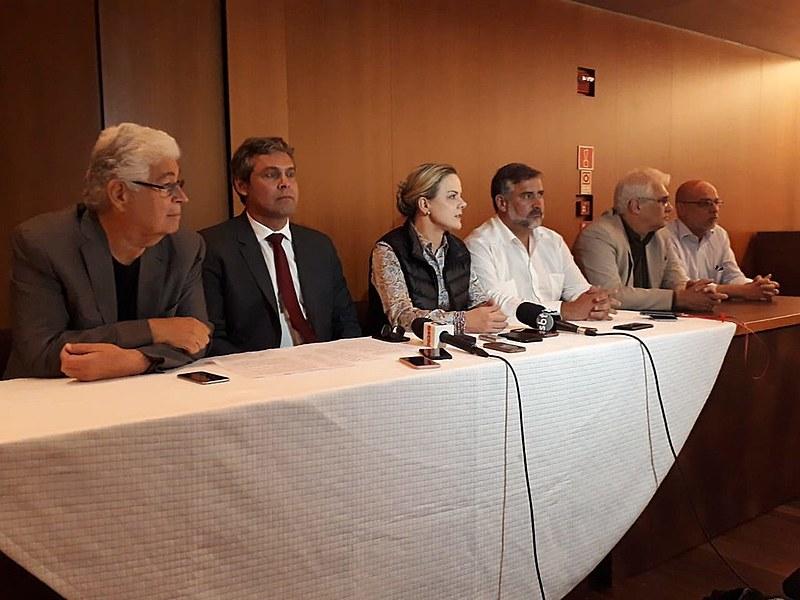 Comitiva de representantes do PT durante coletiva de imprensa após reunião com OEA em Brasília (DF)