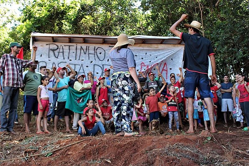 Famílias se unem contra ameaças feitas pelo governo paranaense