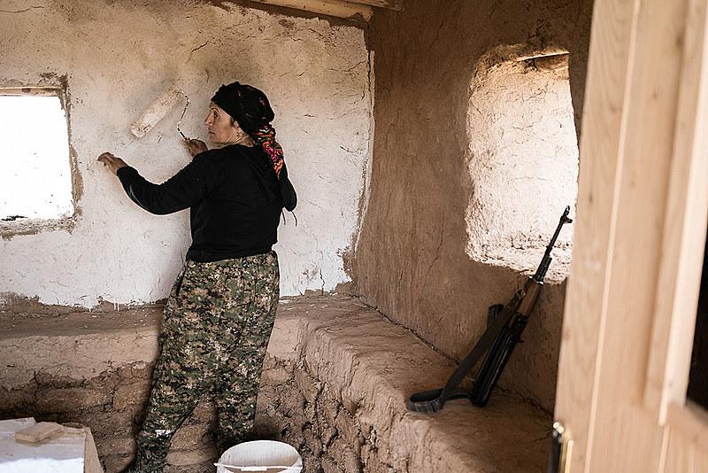 Ex-guerrilheira Siham Ali, 40, trabalha na construção de uma casa
