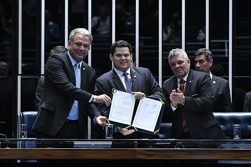 Alberto Fraga (à direita) ao lado dos senadores Davi Alcolumbre e Sérgio Petecão, na sessão solene