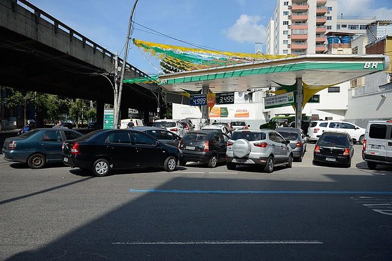 Aumento do preço dos combustíveis leva a crescimento de filas nos postos de gasolina
