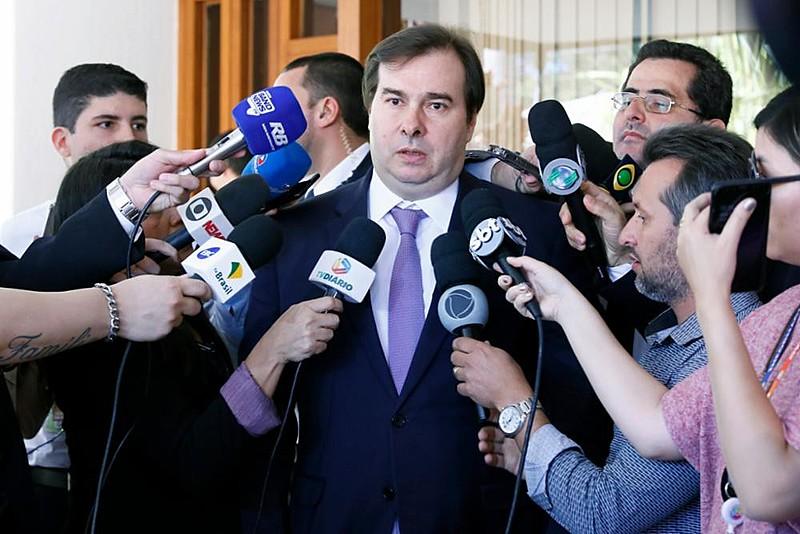 Rodrigo Maia (centro) aposta na aprovação da reforma