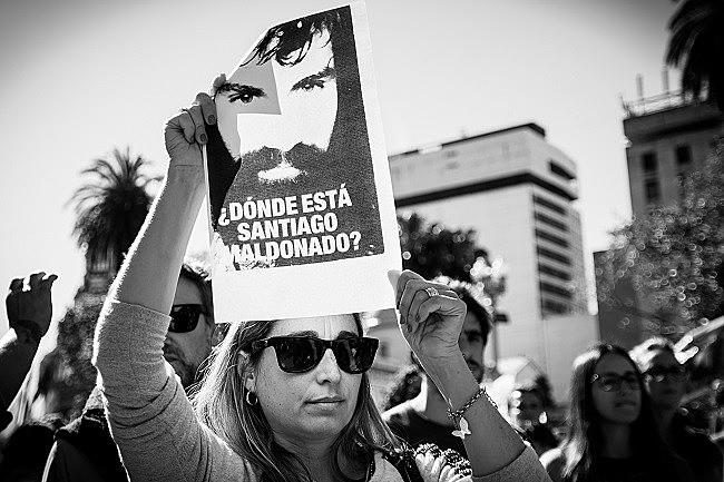 Os argentinos têm saído às ruas desde agostovpara denunciar o desaparecimento e exigir a aparição com vida de Santiago Maldonado