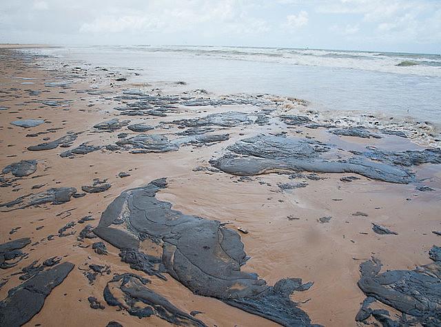 Óleo que contaminou o litoral do Nordeste chegou às praias fluminenses no domingo (24)