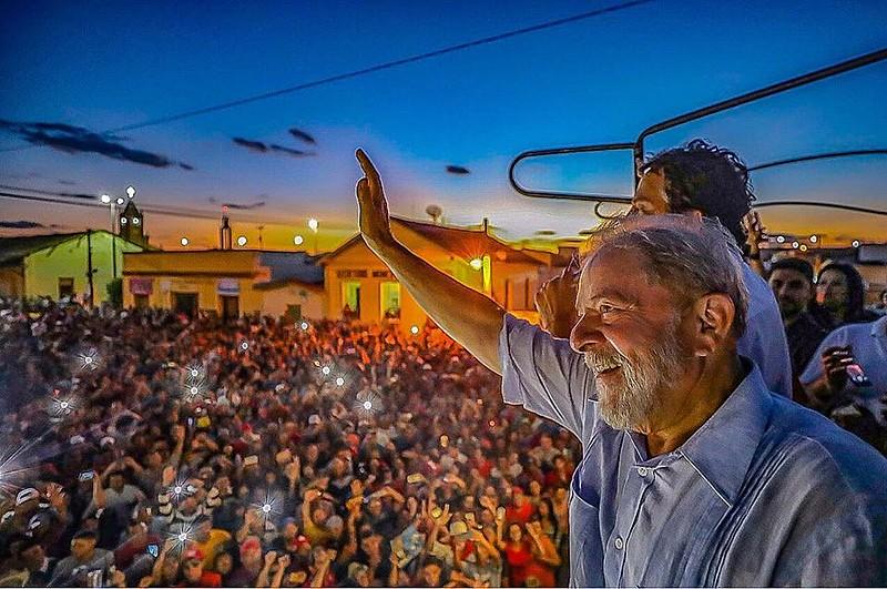 """""""En las caravanas que hice recientemente por Brasil, vi la esperanza en los ojos de las personas"""", escribió el ex presidente"""