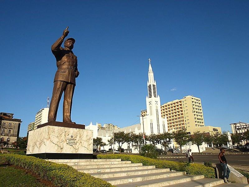 Na Praça da Independência, em Maputo, capital de Moçambique, estátua homenageia o primeiro presidente moçambicano, Samora Machel