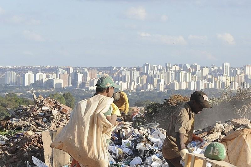 Moradores da favela da Estrutural, em Brasília, convivem com mazelas como um lixão e baixos níveis de renda, saneamento e serviços
