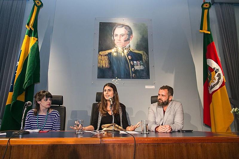Procuradora da Mulher na ALRS, a deputada Manuela D'Ávila mediou mesa com Manoela Miklos e Renato Meirelles