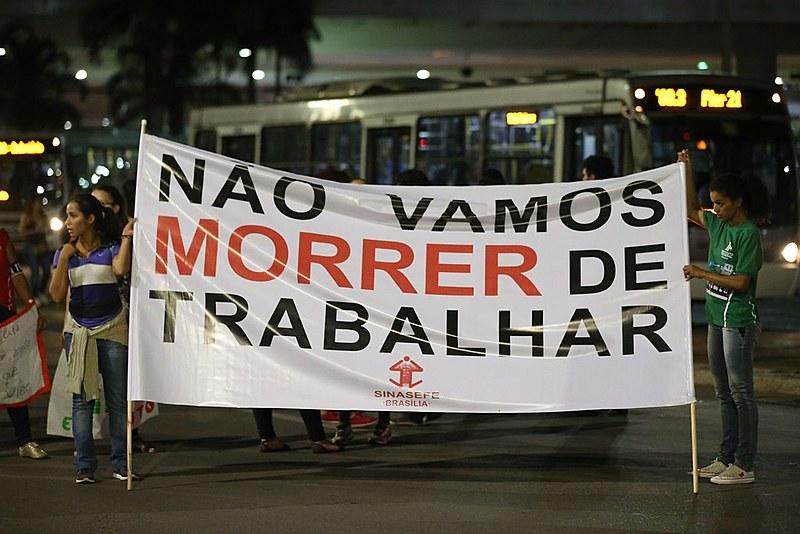 Em Brasília (DF), manifestantes protestam contra a reforma da Previdência